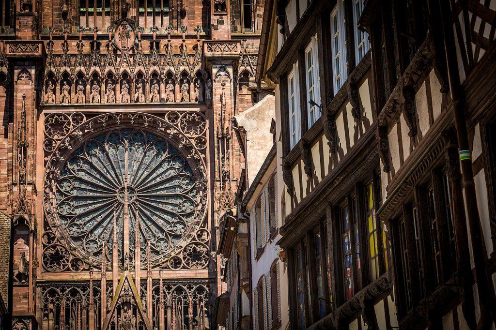 Strasbourg_grande_rosace_cathédrale_Notre-Dame_juin_2015